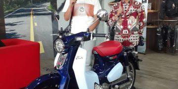 Penyerahan Honda Super Cub ke Konsumen Pertama di Jambi, Bapak Dharma oleh Kepala Cabang Dealer Sinsen Abunjani, Bapak Yahya.