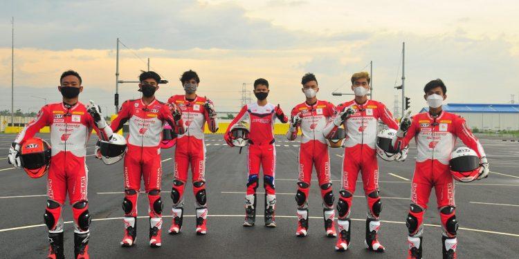 AHM_AstraHondaRacingTeam_01: Para pebalap Astra Honda Racing Team siap mengharumkan nama Indonesia di berbagai ajang kompetisi balap bergengsi tahun 2021. (Kiri Kanan): Rheza Danica Ahrens, Mario Suryo Aji, Irfan Ardiansyah, Delvintor Alfarizi, M. Adenanta Putra, Herjun Atna Firdaus, Lucky Hendriansya. AHM_AstraHondaRacingTeam_02: Pebalap AHRT Mario Suryo Aji Akan Berlaga CEV Moto3 Junior World Championship 2021.